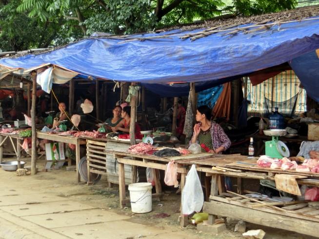 道沿いに広がる市場