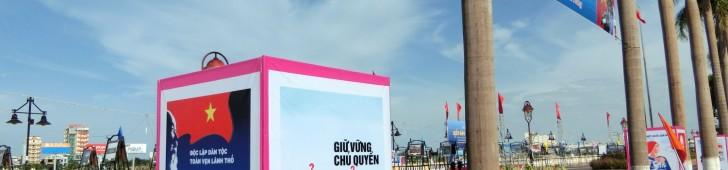 ダナンの川沿いの遊歩道で「ベトナムの海と島」と題したパネル展示が行われています