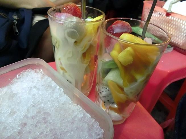 たくさんの果物を氷と練乳で頂きます