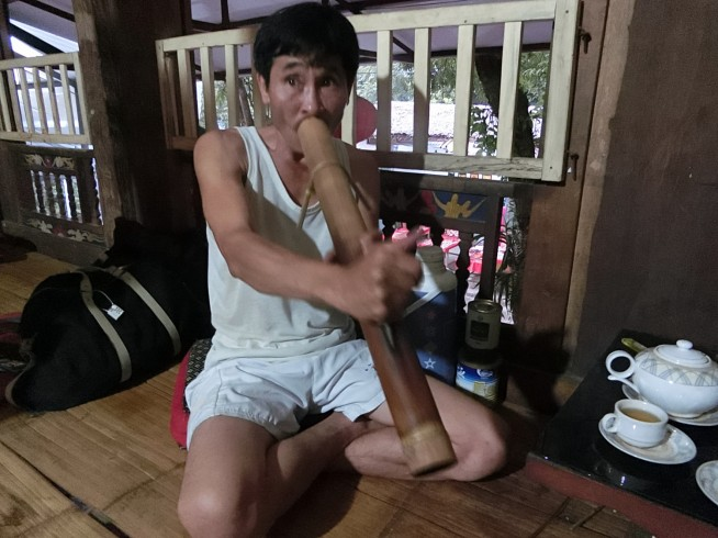 ラオス風の水タバコを吸うおじさん