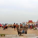 夏休みのビーチには人がたくさん