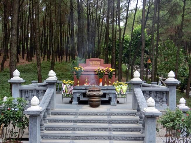 ホーチミンさんのおばあさんのお墓です。