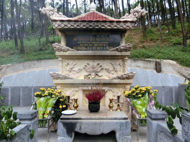 ホーチミンさんの弟のお墓です。