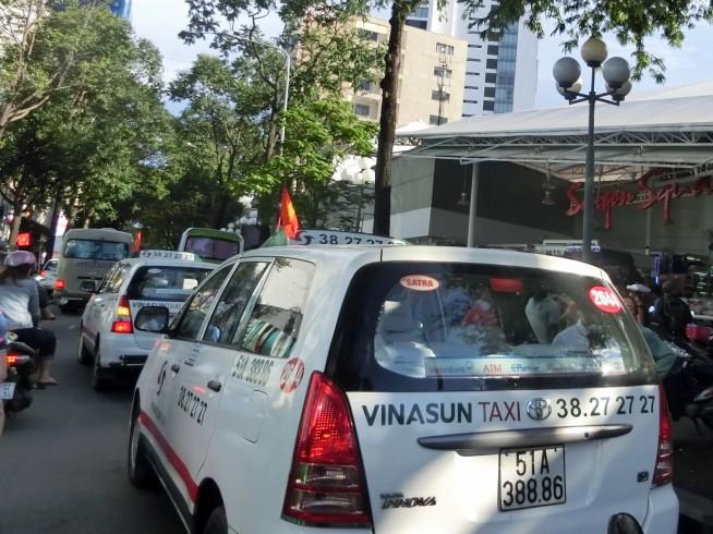 ベトナム国旗を掲げるタクシー
