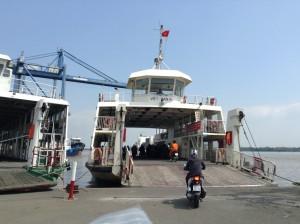 カットライ港をフェリーで渡る