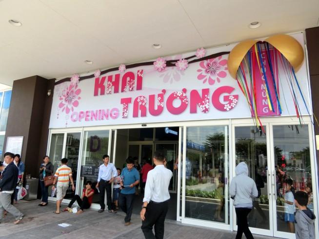 入り口には「開店(Khai Truong)」と書かれた大きな看板