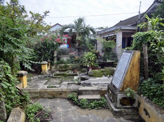 民家に囲まれた蕃二郎の墓