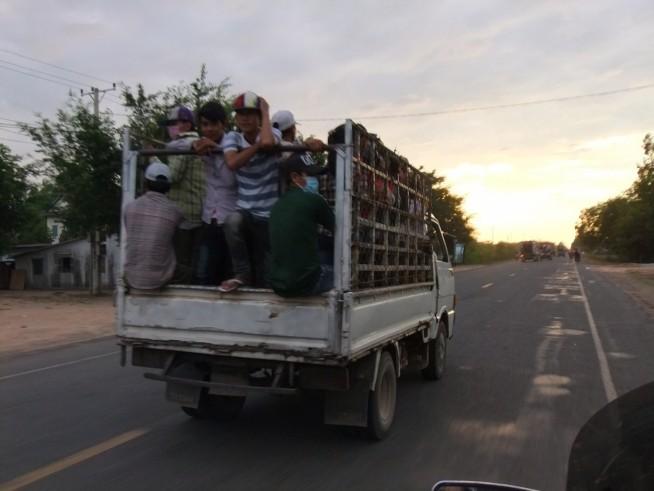 ワーカーが乗ったトラック