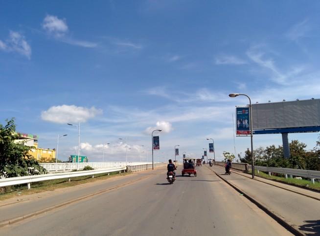 カンボジア日本友好橋を渡る