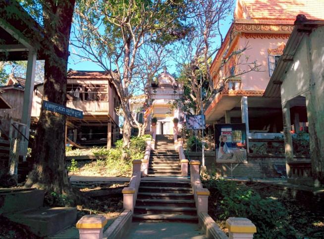 集落への階段