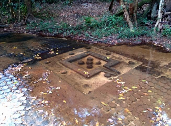川に残る彫刻