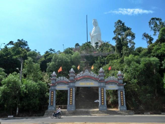 道路から見上げた寺院