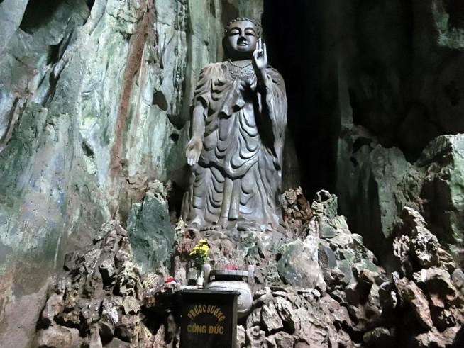 洞窟にある像