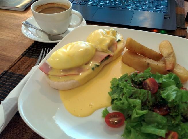 朝食はシェムリアップでエッグベネディクト