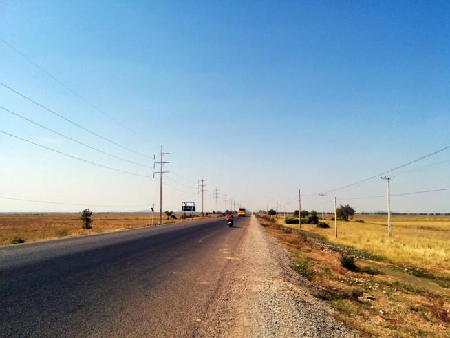 郊外の国道をひた走る