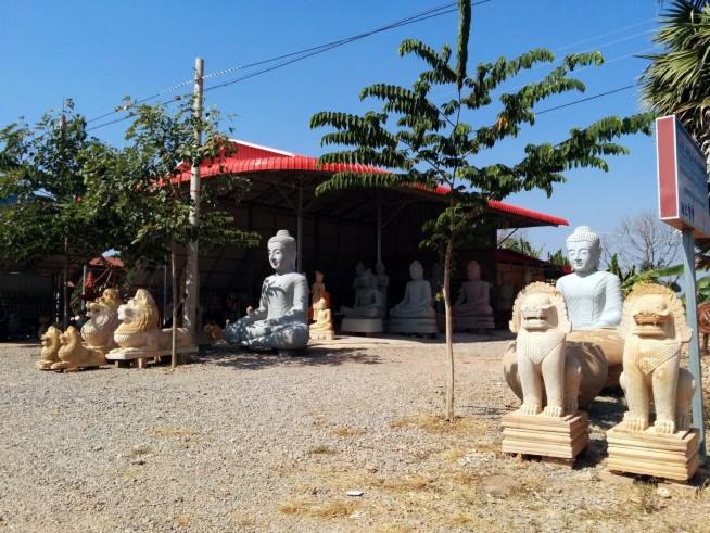 並んでいる石像はどれも売り物です