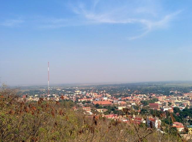 頂上からカンボジアの大地を見下ろす