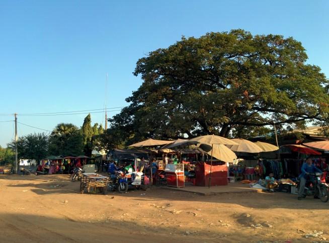 バンテアイチュマール集落の路上市場