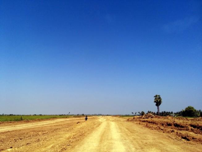 ワット・エク・ プノンへ向かう直線道路