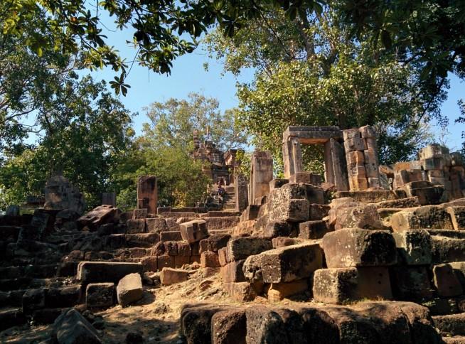 かなり崩壊している寺院