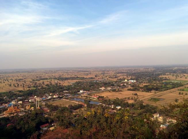 頂上からバッタンバン市街を見下ろす