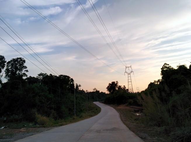 つかの間の舗装路
