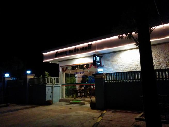 町の入口のカフェ