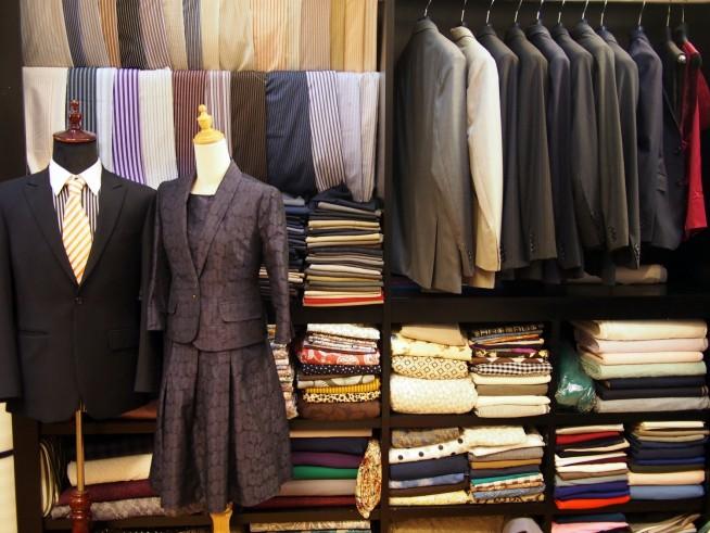 店内、服飾品は数多く取り揃えている