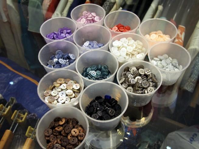 ボタンも様々な色から選べます