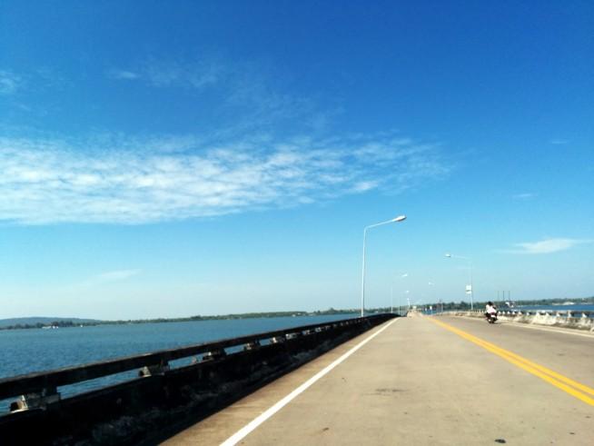タイ国境方面に向かう橋