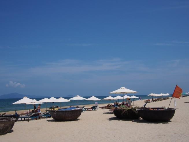 ローカル舟とビーチチェア