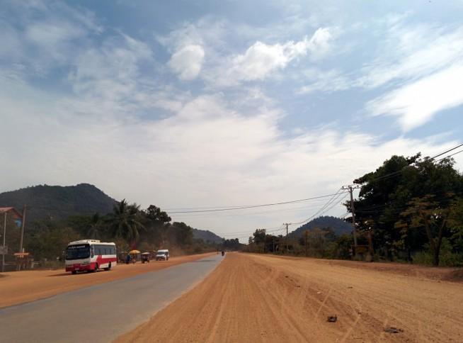 赤土の道がカンボジアにいることを思い出させます