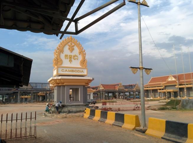国境地点からカンボジア側を望む