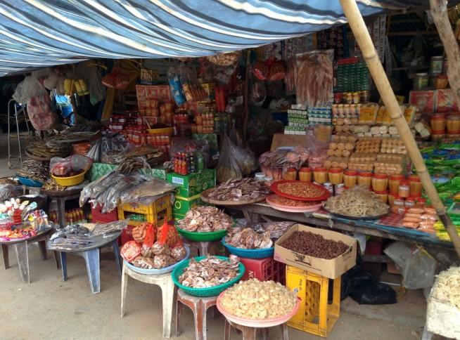 海産物を売る道端の商店