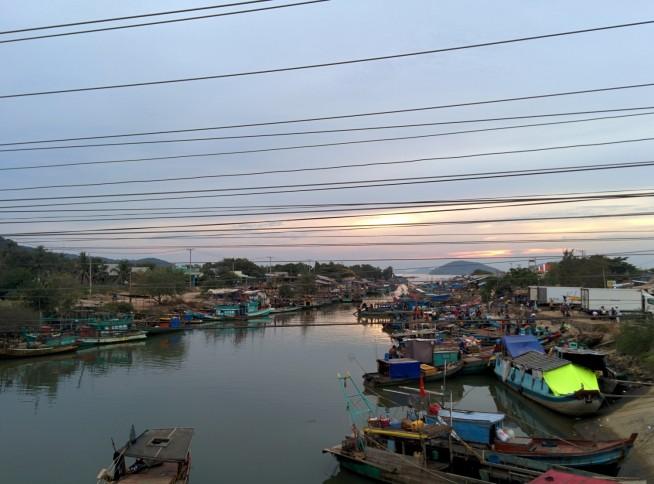 河口に並ぶ舟