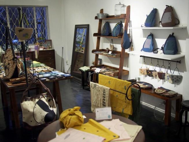 鞄、ポーチ、スカーフと日常的に使えるものにかわいい刺繍が入っている
