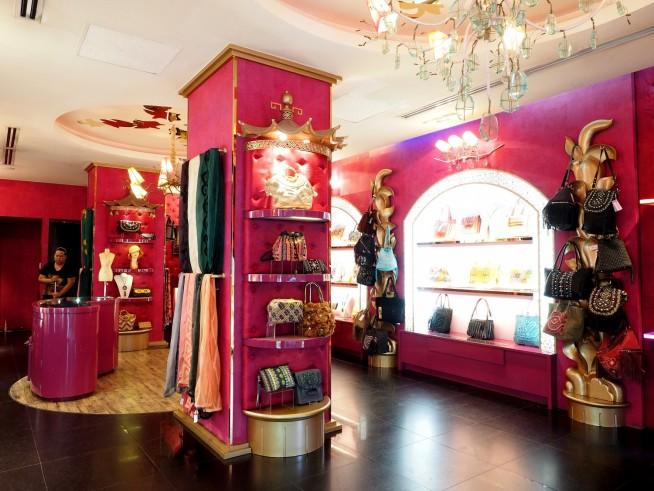 鮮やかなピンクの壁にipa-nimaの鞄が映える