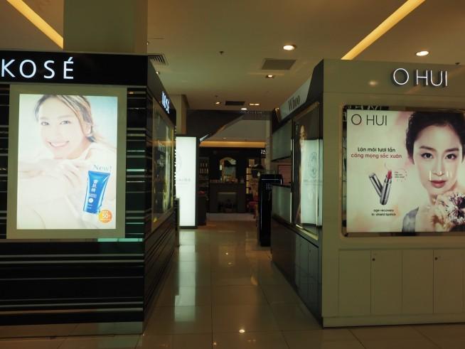 1階は日本のデパート同様、化粧品店が並ぶ