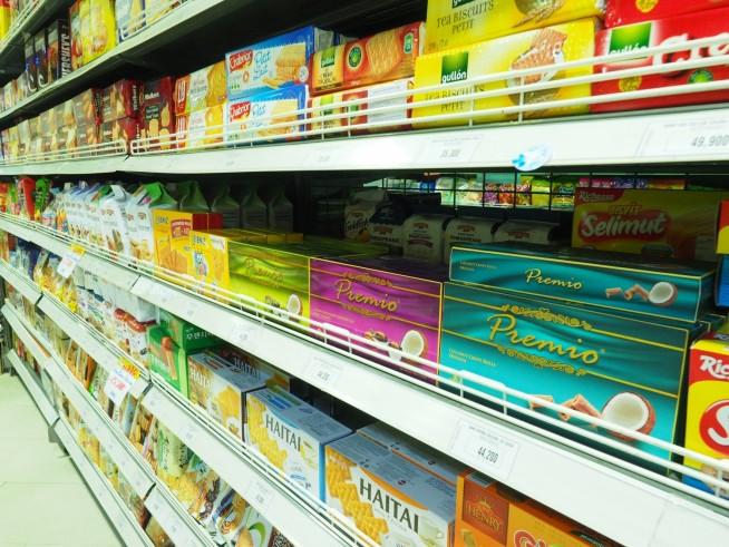スーパーに並ぶお菓子
