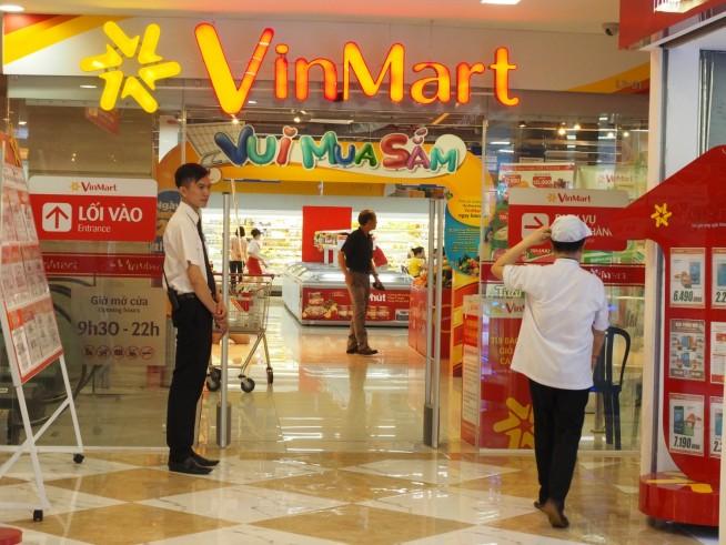 スーパーマーケットVin Martの横には電化製品の並ぶVinProが