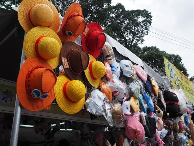 キャラクターの帽子やお面が並ぶ