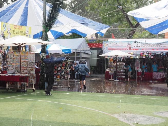 突然の大雨 屋根のある場所にみんな避難です