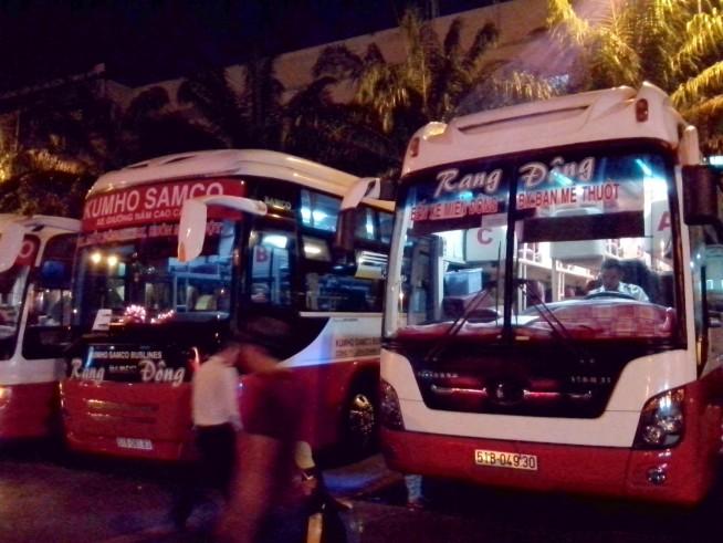 バスが並ぶミエンドンバスターミナル