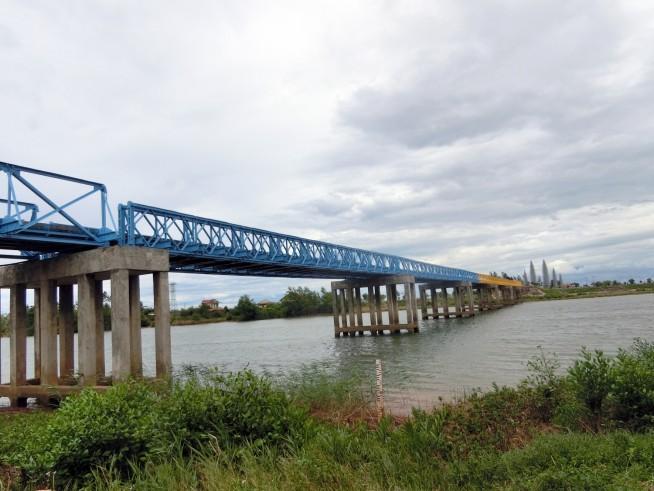 南方面に伸びる橋