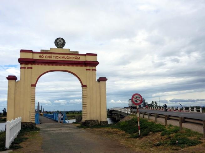 ヒエンルオン橋にある門