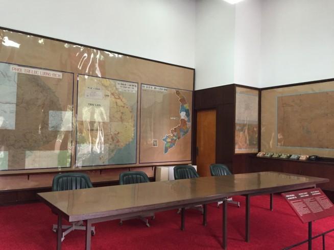 壁全体に様々な地図が掲げられています。