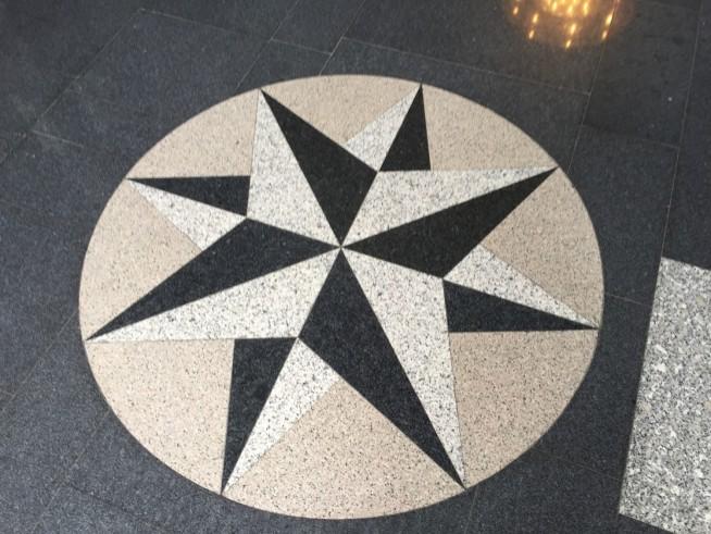 シンボル自体の直径は1メートルぐらいです。