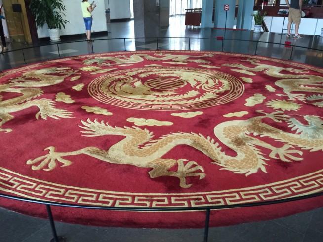 この絨毯は台湾から送られたものです。