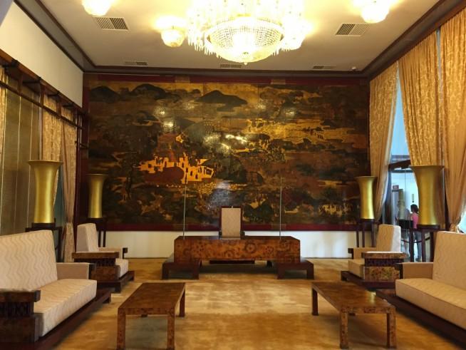 照明の光に壁や置物、絨毯、漆絵は金色で、部屋全体が輝いていました。