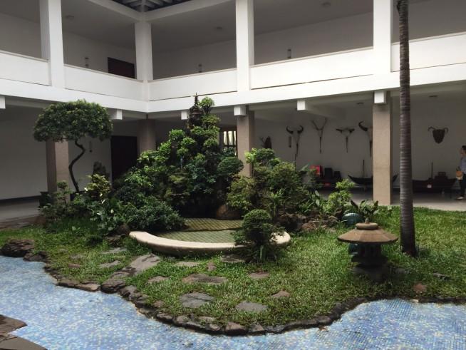 小さな日本庭園。地面に生えているのは苔ではなくが芝生。